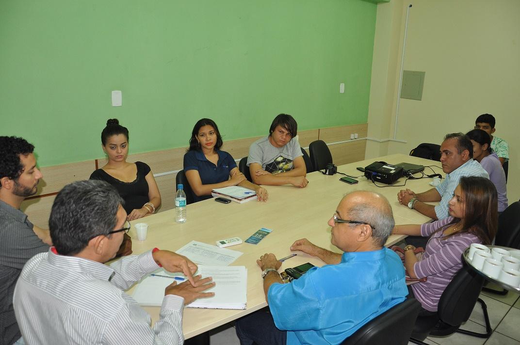 Vice-reitor recebe representantes do DCE